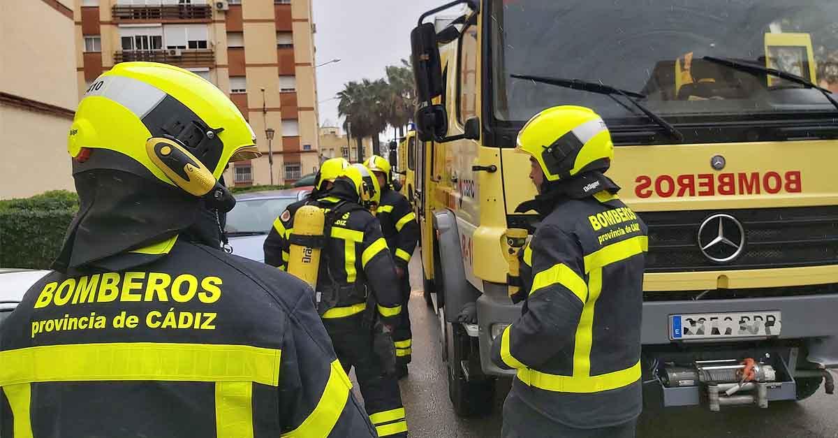 Bomberos y Policía Nacional intervienen en un incendio en un horno en una vivienda en El Puerto