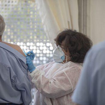 La OMS: vacunar primero a sanitarios, mayores de 60 años y personas en residencia