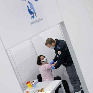 Andalucía prevé empezar a vacunar este domingo en residencias de las ocho provincias con casi 2.000 dosis