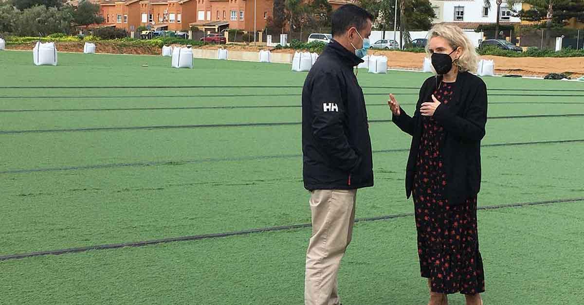 Comienza la instalación del césped artificial en el nuevo campo de fútbol de El Águila