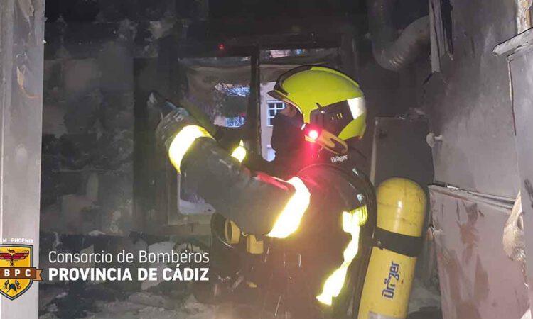 La rápida actuación vecinal y de los Bomberos evita males mayores en un aparatoso incendio en El Puerto