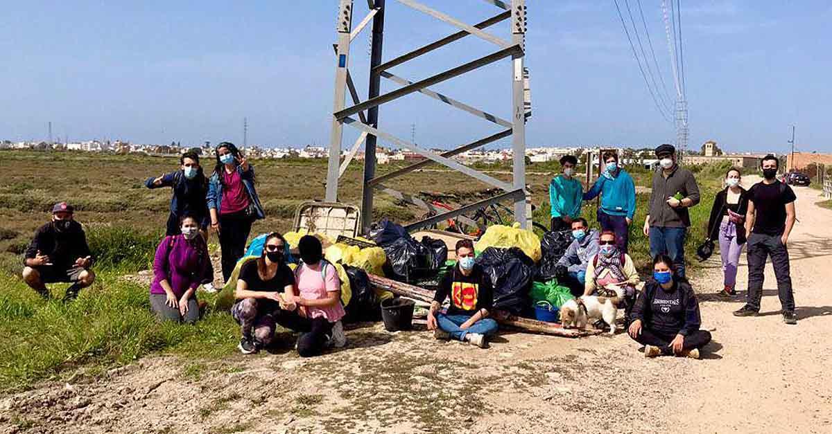 El grupo portuense de Zero Waste Cádiz realiza una batida por la marisma para recoger residuos