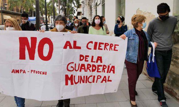 Concentración contra el cierre de la guardería municipal de El Puerto el próximo curso