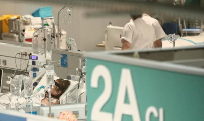 Bajan en 24 los hospitalizados mientras los ingresados en UCI se mantienen