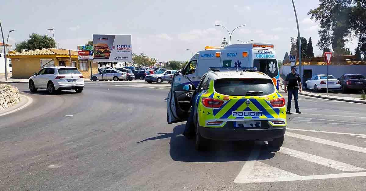 Accidente entre un coche y una moto en la rotonda junto al cementerio de El Puerto