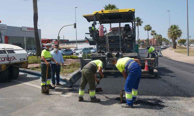 Mantenimiento Urbano asfalta un tramo de la antigua N-IV a la altura del Parque de Bomberos