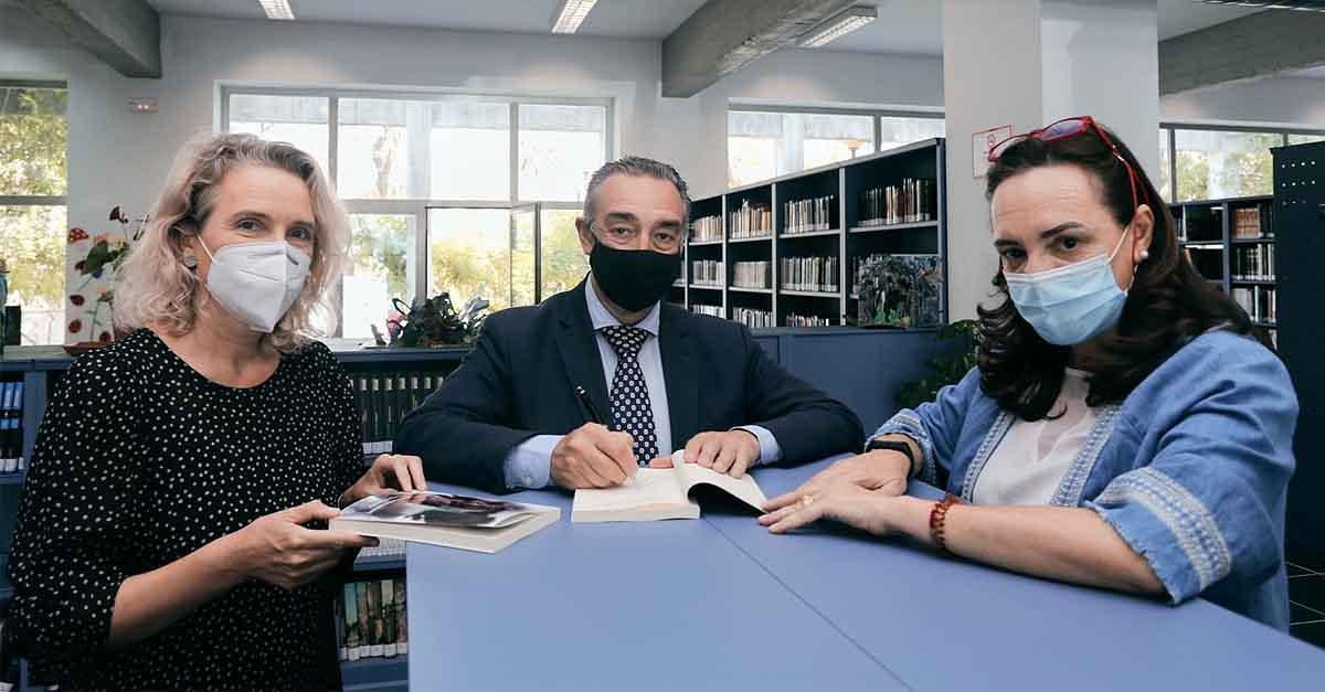 El escritor portuense García de Romeu dona ejemplares de su nueva novela a la Biblioteca María Teresa León