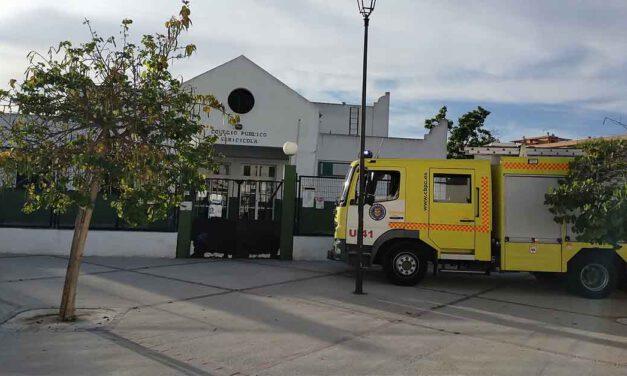 Bomberos extinguen un incendio en dos contenedores junto al C.E.I.P. Sericícola