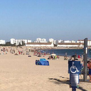Salvan la vida a un bañista de 80 años con parada cardíaca en la playa de La Puntilla