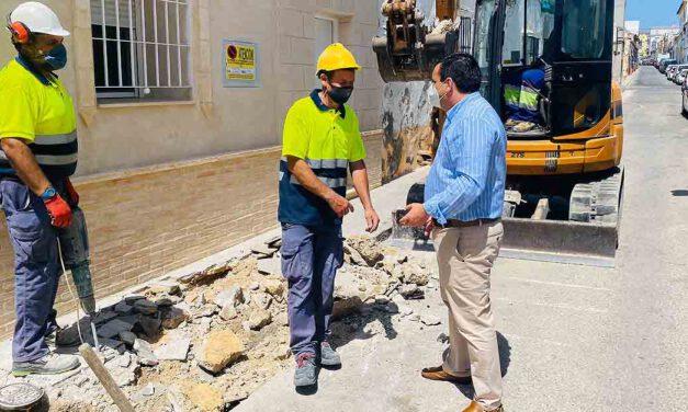 Mantenimiento Urbano repara las aceras de la calle Postigo