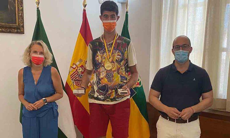 El Ayuntamiento felicita a Ceferino Gómez, doble campeón de España de tenis de mesa