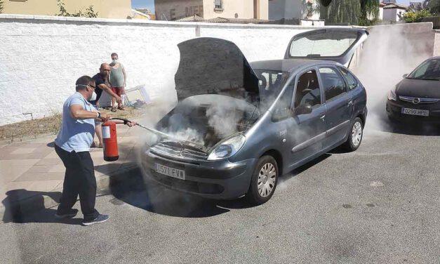 Un conductor de autobús urbano de El Puerto evita que un coche salga ardiendo tras una avería en el motor