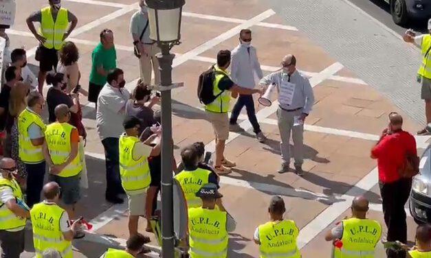 Agentes de la Policía Local afiliados a la UPLBA se concentran ante el Ayuntamiento