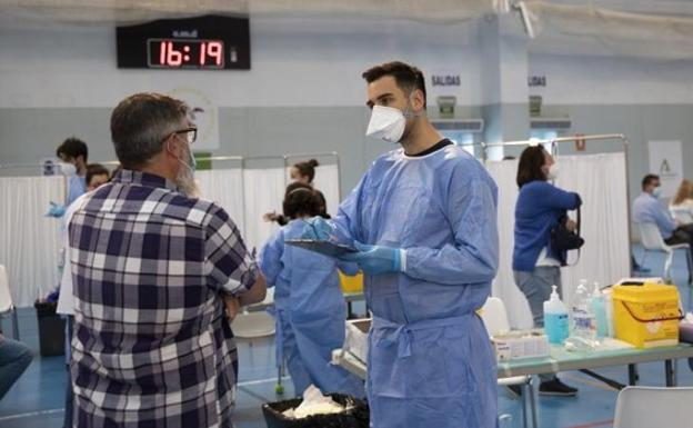 Andalucía registra 3.303 positivos y su tasa se mantiene en 457