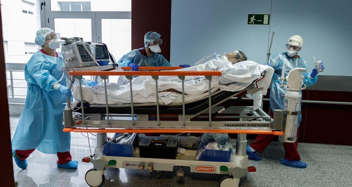 Sanidad registra 60 hospitalizados por Covid-19 menos en Andalucía