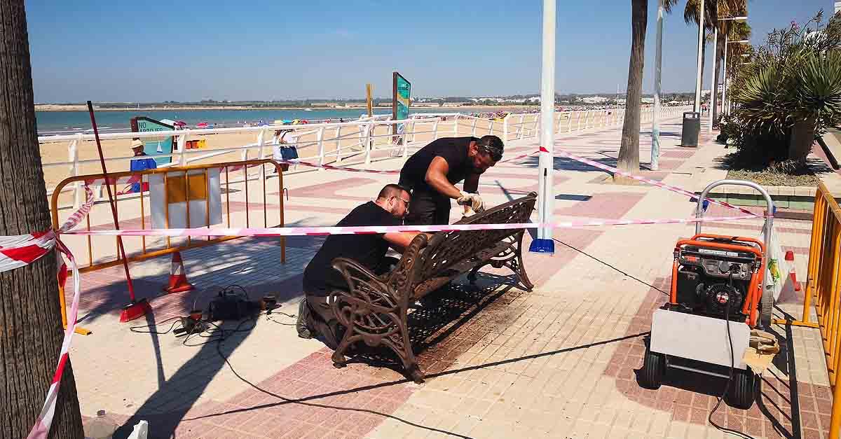 Arreglo y pintado de los bancos del paseo marítimo de Valdelagrana