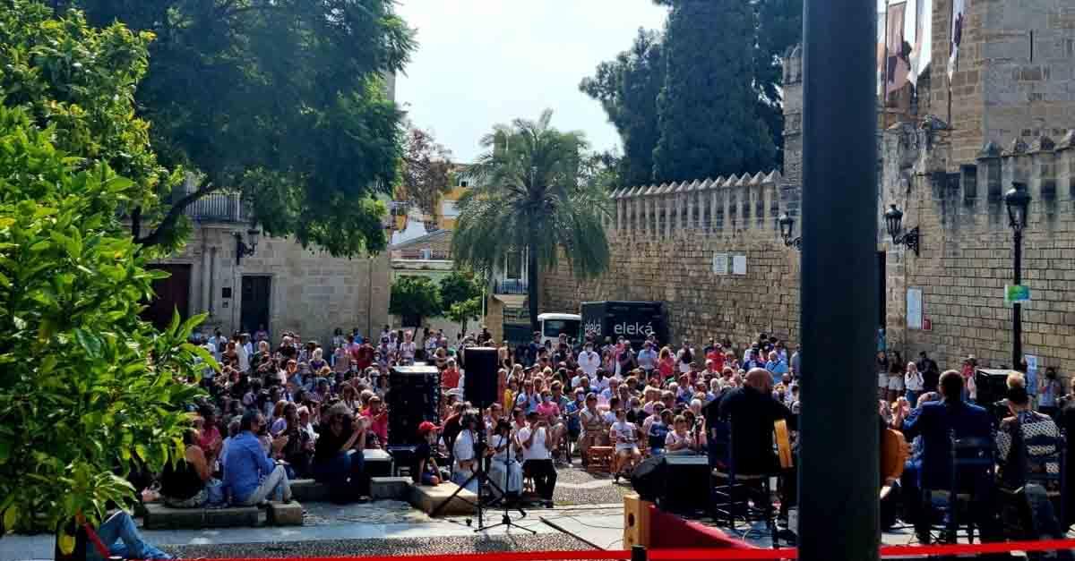 Lleno en la Plaza del Castillo para celebrar el Día de la Hispanidad
